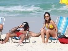 Lucas Lucco é flagrado em praia com colega de elenco