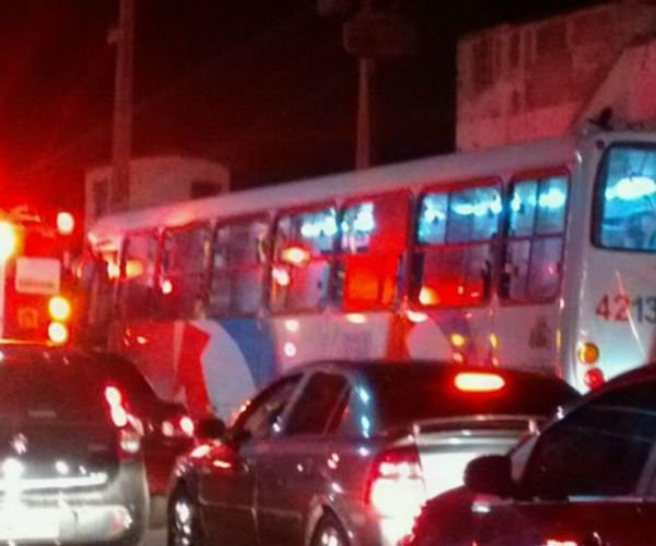 Cinco ônibus são atacados durante a noite em Fortaleza