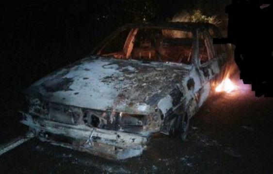 O carro ficou destruído em questões de segundos devido as chamas