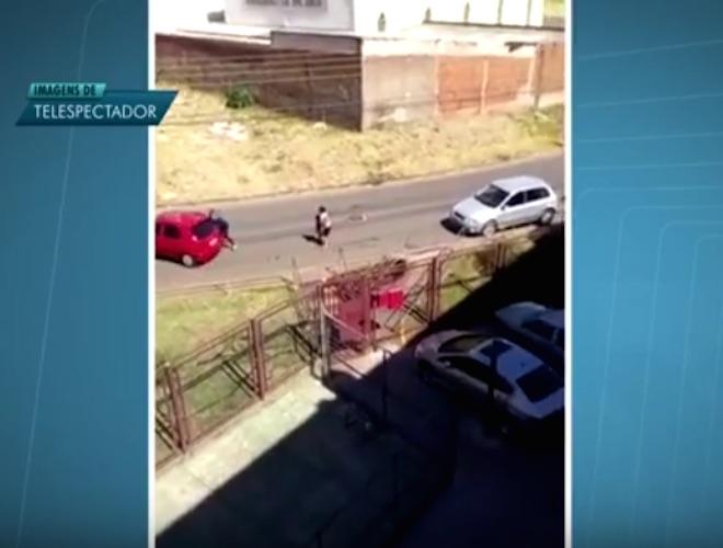Mulher tentou retirar o filho do carro (Crédito: Reprodução)