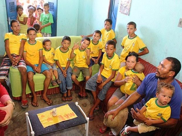 """Casal possui 12 filhos com a letra """"R"""" e comemora o nascimento do novo filho"""