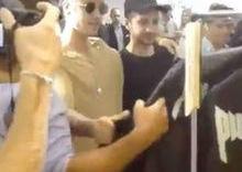 Justin Bieber recusa abraço de fã durante passeio em loja nos EUA