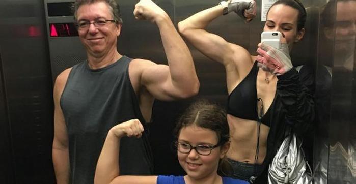 Após cirurgia, Boninho exibe músculos em foto com  família (Crédito: Reprodução)