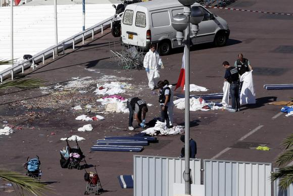 Policiais investigam a cena onde um caminhão se jogou sobre uma multidão que comemorava a data nacional da França, a queda da Bastilha, na cidade litorânea de Nice, sul do país (Crédito: Agência Lusa)