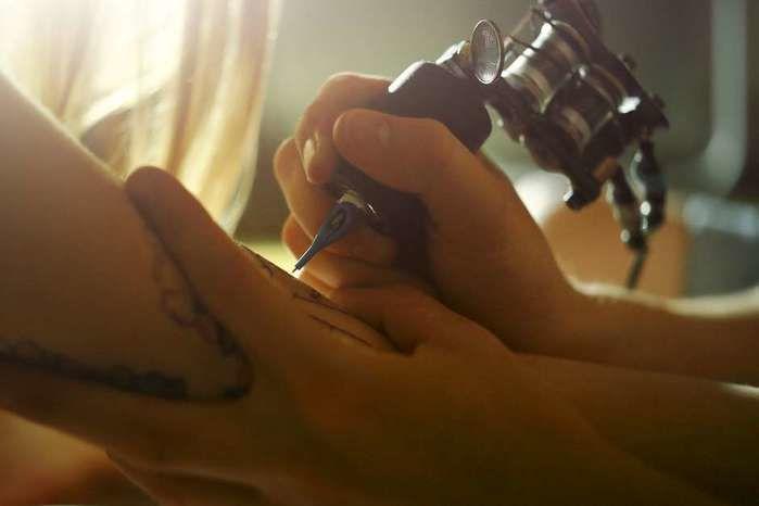 Tatuagem de pênis nas costas