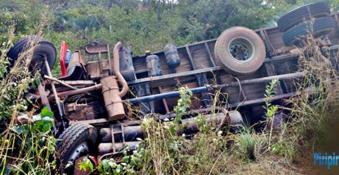 Caminhão bau ficou com rodas para cima (Crédito: Piripirireporter)