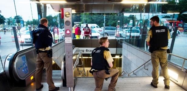 Policias fazem guarda em estação de metrô próximo ao shopping em Munique