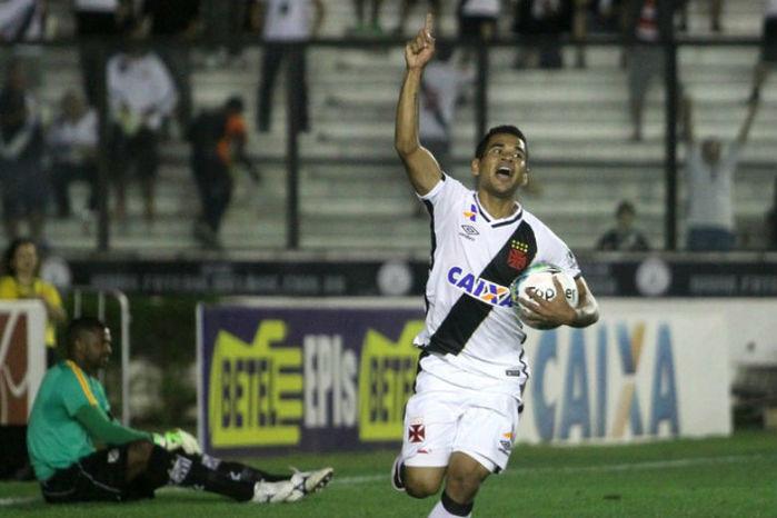 Éderson comemora o seu primeiro gol com a camisa do Vasco