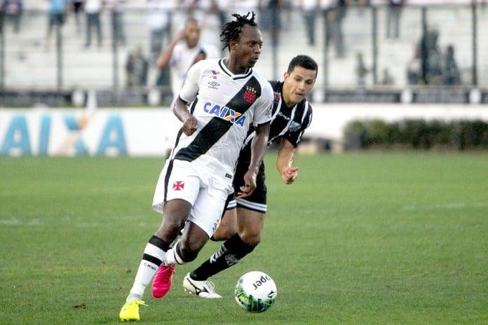 Andrezinho em ação durante o duelo entre Vasco e Bragantino