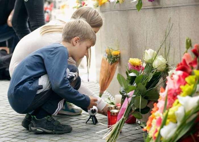 Flores são deixados para as vítimas do tiroteio