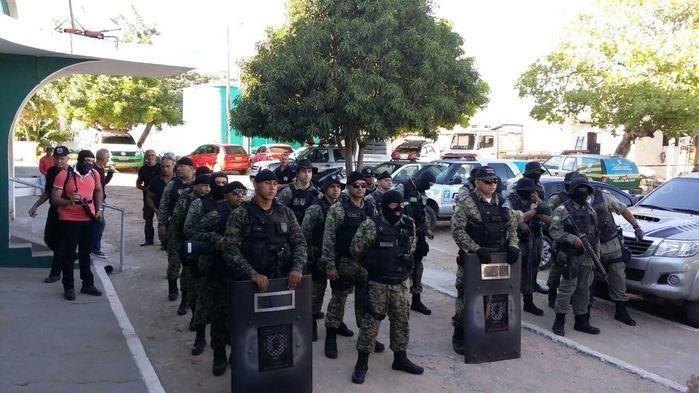 Policiais na operação na Casa de Custódia