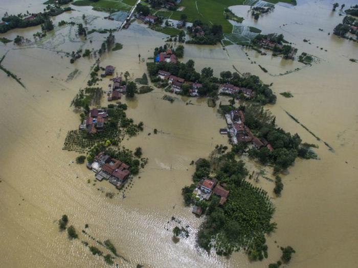 Casas e fazendas parcialmente submersas pela água em Hubei, na China