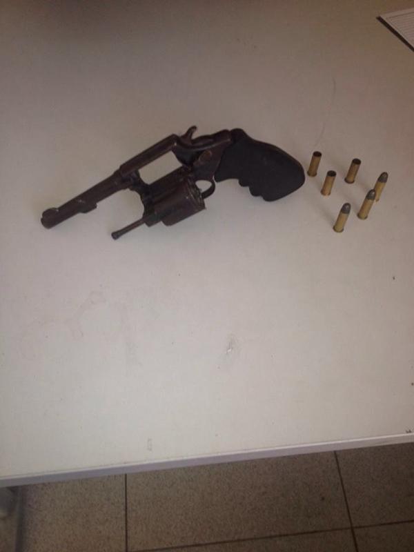 Arma encontrada com o casal