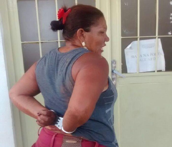 Mulher presa acusada de furto (Crédito: Reprodução)