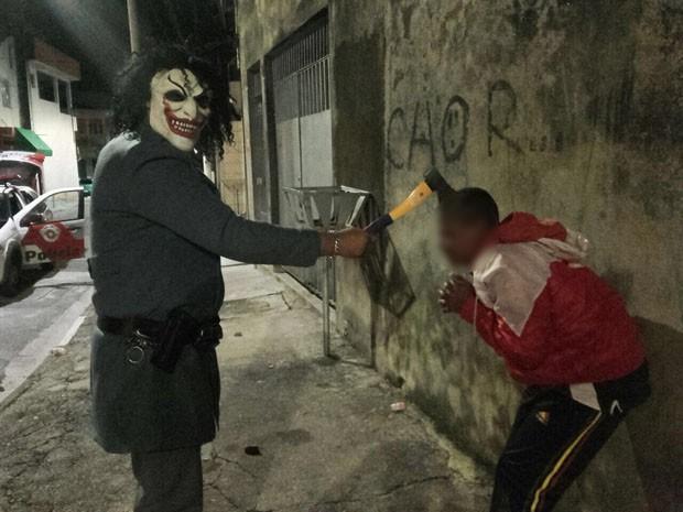 PM afasta policial que usou máscara de palhaço e machado em ação (Crédito: Reprodução)
