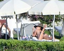 Jennifer Aniston aproveita dia sol para se bronzear fazendo topless