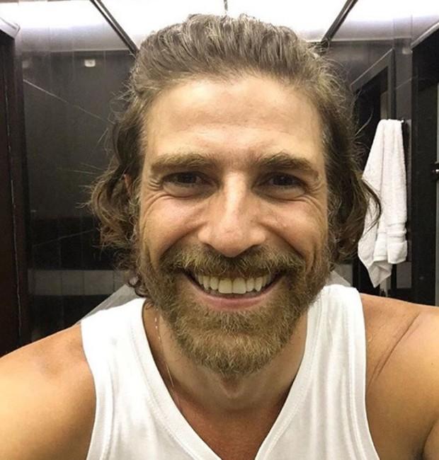 Reynaldo Gianecchini mostra o novo visual em selfie (Crédito: Reprodução)