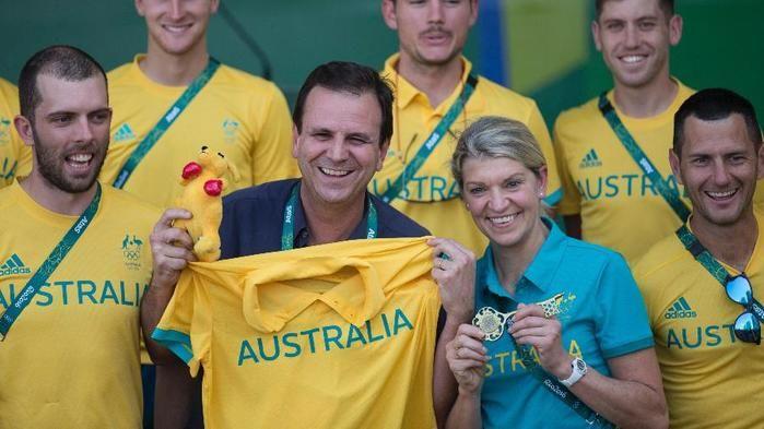 Eduardo Paes mostra canguru recebido de Kitty Chiller, chefe de missão da Austrália (Crédito: AP)