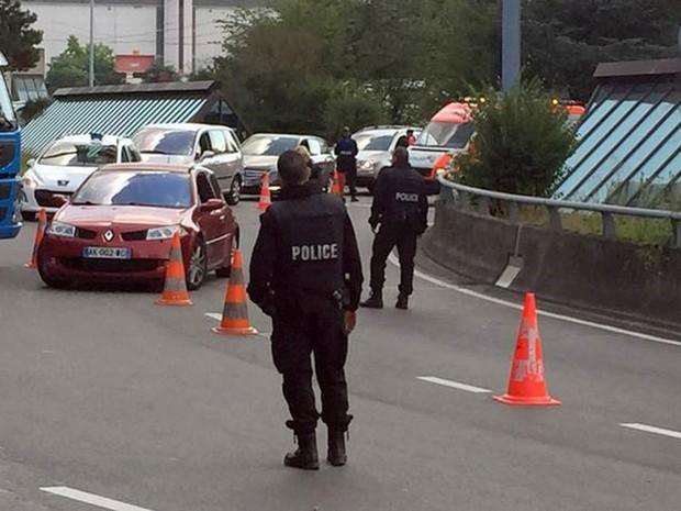 Polícia suíça faz buscas em carros na entrada do aeroporto de Genebra (Crédito: Reuters)