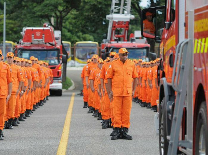 Bombeiros do Distrito Federal durante cerimônia de entrega de novos veículos (Crédito: Agência Bombeiros)