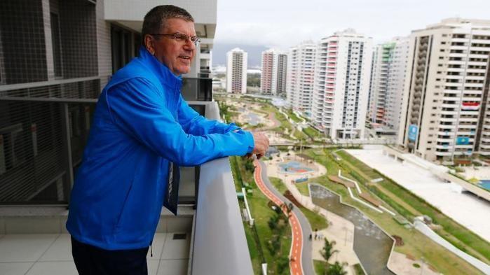 homas Bach, presidente do COI, observa Vila Olímpica da varanda do seu quarto (Crédito: AFP)
