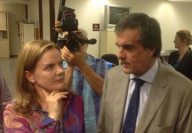 Cardozo entrega as alegações finais da presidente afastada Dilma Rousseff  (Crédito: G1)