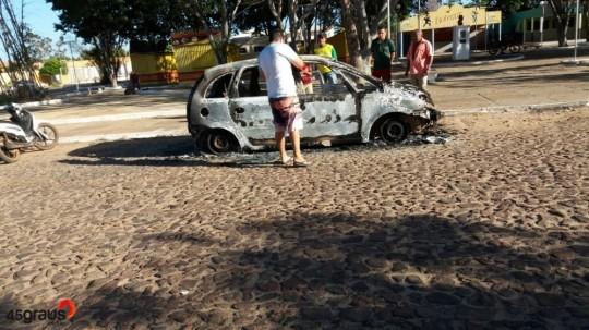 Carro pegou fogo na praça (Crédito: 45 graus)