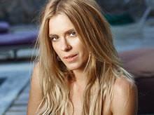 Carolina Dieckmann exibe barriga 'negativa' em ensaio para revista