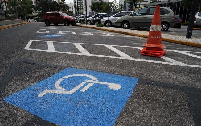 Quem usa cadeira de rodas elogia a mudança Fonte: iG Vigilante - iG @ http://ultimosegundo.ig.com.br/igvigilante/transito/2016-07-26/multa-vagas-pessoas-com-deficiencia.html