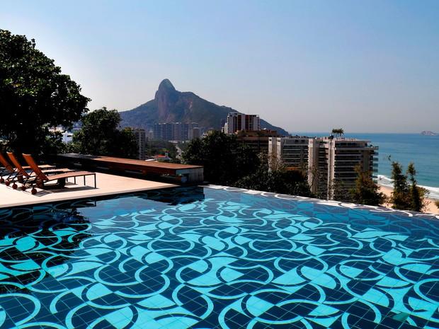Mansão em São Conrado foi alugada para grupo de milionários árabes. Em 2013, o cantor Justin Bieber se hospedou lá também. São 900 m2 com vista para a Praia do Pepino e com piscina de borda infinita. A diária é de R$150 mil (Crédito: Divulgação)