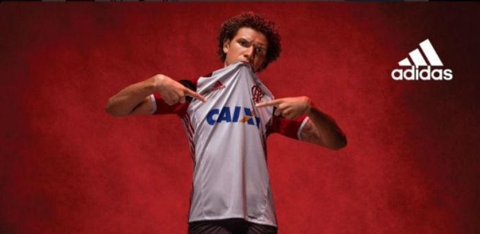 O volante Willian Arão posa com a nova camisa reserva do Flamengo (Crédito: Reprodução)