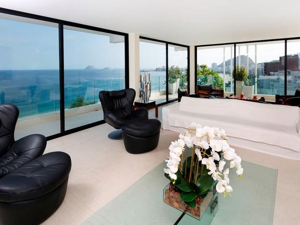 Cobertura linear em Copacabana de 900 m² conta com quatro suítes, vista da orla e jardim especial. A diária é confidencial  (Crédito: Divulgação)