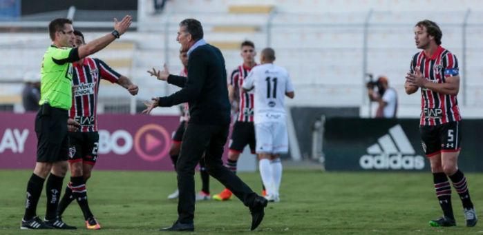 Bauza reclama e é expulso pelo árbitro no Moisés Lucarelli (Crédito: AGIF)