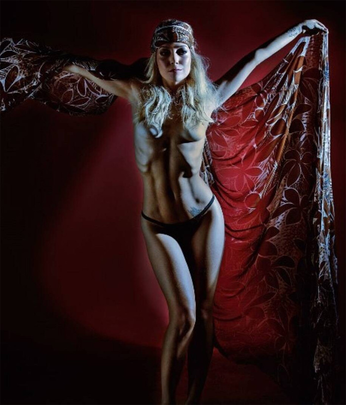 Luiza Possi de topless