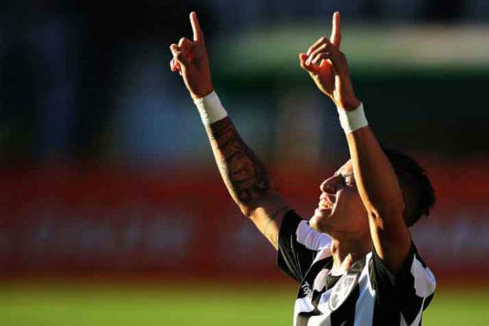 Neilton comemora um dos gols do jogo (Crédito: SSPress)