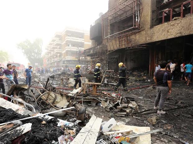 Edifício danificado no local de um atentado suicida reivindicado pelo grupo Estado Islâmico  (Crédito: AFP)