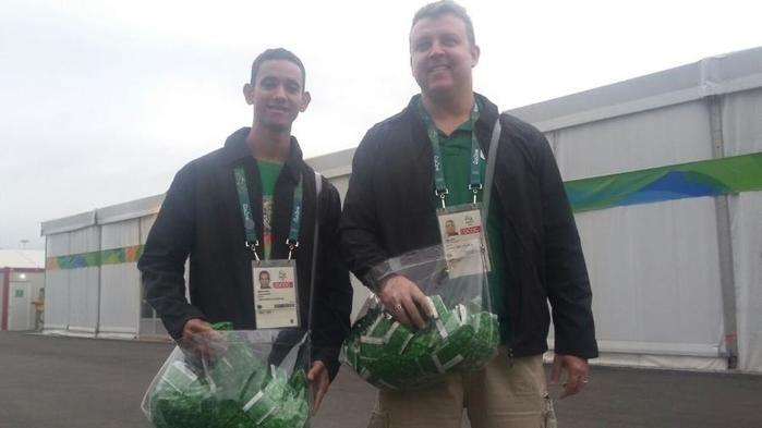 Entregadores de preservativos na Vila Olímpica (Crédito: UOL)