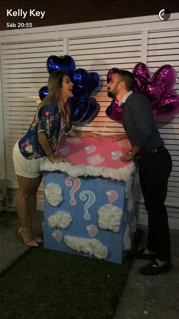 Kelly Key ganha beijo do marido durante 'Chá de revelação' (Crédito: reprodução)