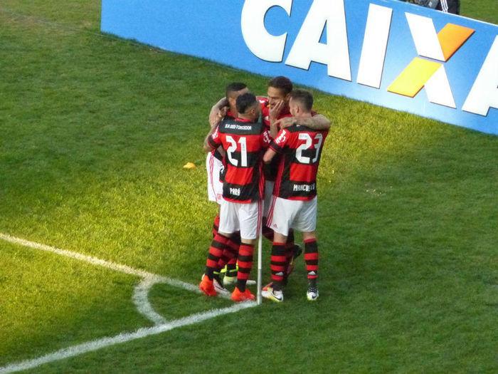 Jogadores do Flamengo comemoram o primeiro gol da partida (Crédito: Reprodução)