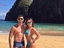 Anamara mostra o corpão e posa com o namorado em ilha paradisíaca