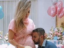 Kelly Key ganha beijo do marido durante 'Chá de revelação'