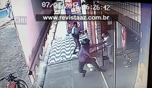 Cliente entra em luta corporal com bandido (Crédito: Reprodução)