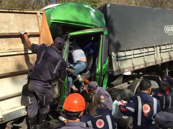 Homem ficou preso na cabine da carreta após colisão