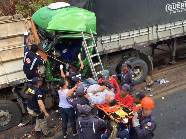 Após ficar prensado na cabine, o homem foi retirado pelos bombeiros