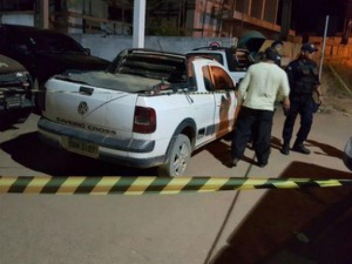 Corpo foi levado até a Delegacia da Polícia Civil pela mulher do suspeito de ter assassinado estuprador  (Crédito: Thainá Mariani/Rondônia Vip)