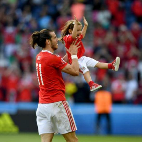 Gareth Bale com a filha Aba Violet após vitória do País de Gales sobre a Irlanda do Norte (Crédito: Getty )