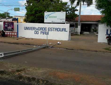 Poste caído em frente à Uespi de Picos