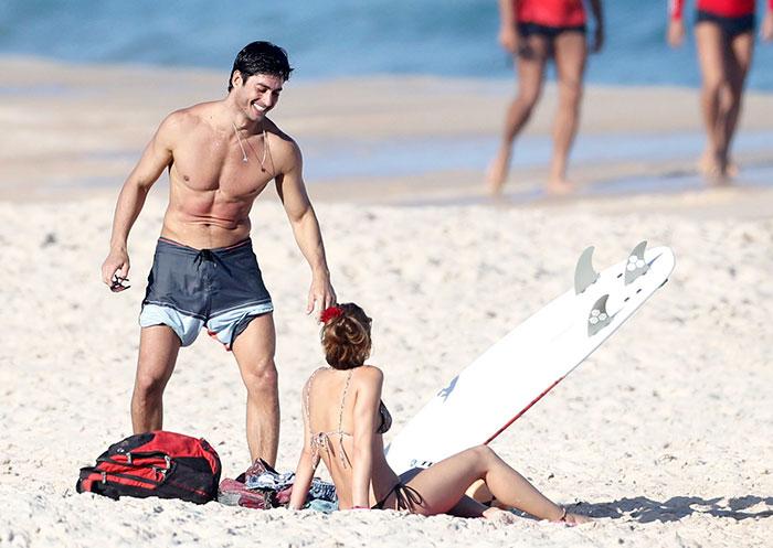 Ísis e André Resende na praia (Crédito: O Fuxico)