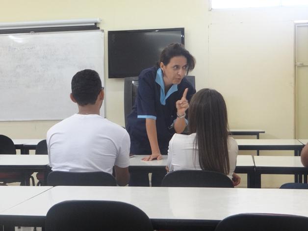 Professora se disfarça de faxineira (Crédito: Reprodução)
