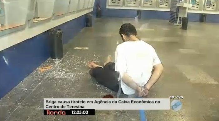 Acusado ficou algemado no chão (Crédito: Reprodução/TV Meio Norte)